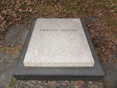 Her hviler altså den karen. (Fra http://lokalhistoriewiki.no/index.php/Fil:Fridtjof_Nansen_grav_Polhøgda.jpg)